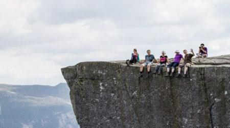 Półki skalne zawieszone nad przepaścią - Język Trolla i Preikestolen